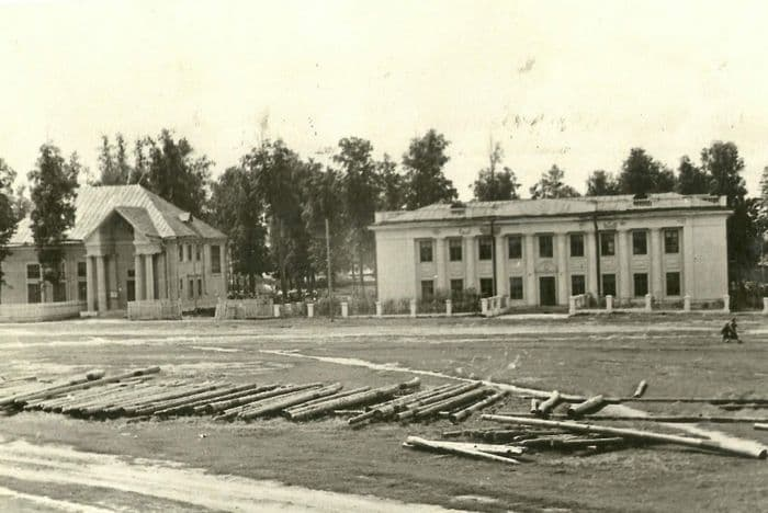 Улица Ленина - справа - здание Можгинского Горкома КПСС, слева - ДК им. Короленко. Фото: конец 1950-х гг. Можга.