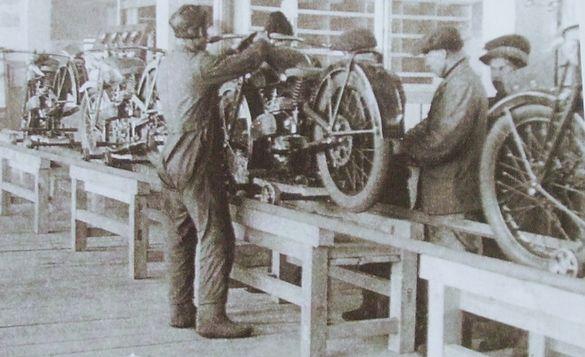 Конвейер по сборке мотоциклов Иж-7.