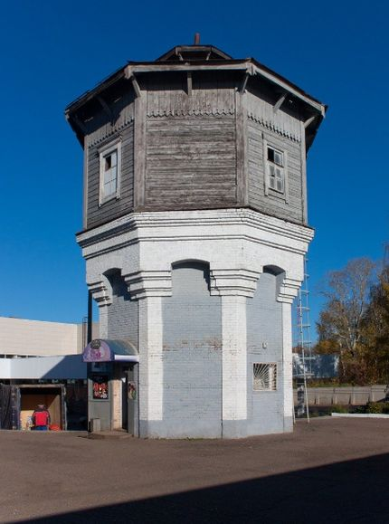 Водонапорная башня на жд вокзале. Башня была построена в 1898 году по типовому проекту Пермь-Котласской железной дороги. Глазов. Фото 2010 г.