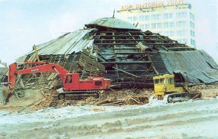 29 декабря 1999 года здание старого цирка было взорвано. Ижевск.