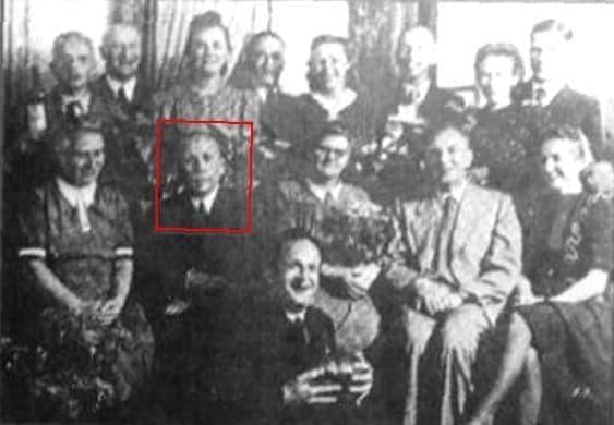 Шмайссер на коллективной фотографии немецких конструкторов в Ижевске. 1951 год.