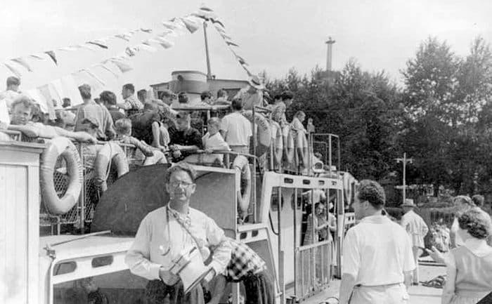 Теплоход - Юбилейный у пристани Ижевского пруда перед отплытием, 1972 год. ЦДНИ УР. Ижевск.