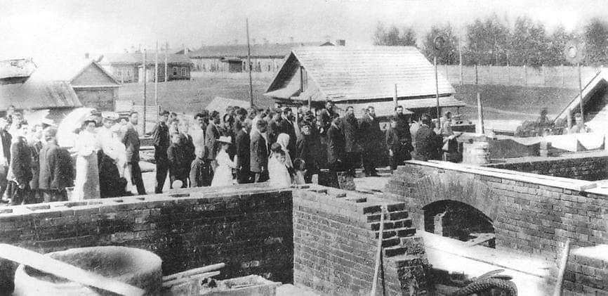 Освящение фундамента будущей Ижевской земской больницы в районе современного театра оперы и балета. Вдали видны казармы. Фото 1910-х годов.
