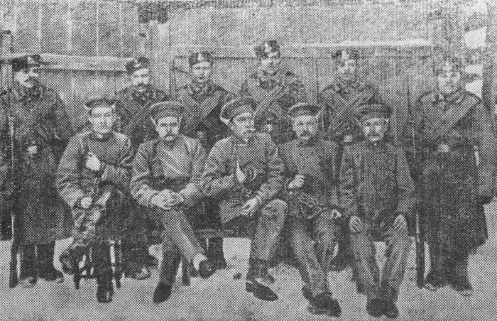 Группа арестованных членов Ижевской организации РСДРП. Снимок сделан на этапном пункте в деревне Гавриловке, близ Воткинска, в феврале 1912 года во время следования политкаторжан из Сарапульской тюрьмы в Сибирскую ссылку.
