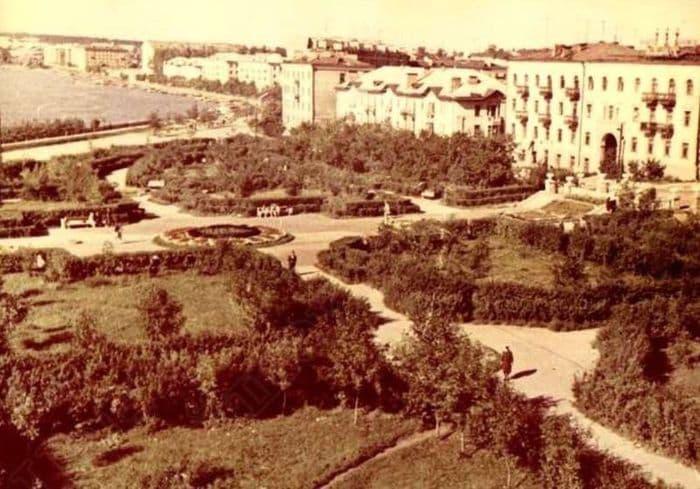 Улица Мира и городской сквер в г. Воткинске 1980 год. ГКУ ЦДНИ УР.