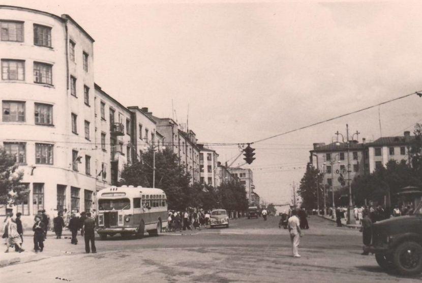 Перекрёсток улиц Советской и Горького. 1955 - 1958. Ижевск.