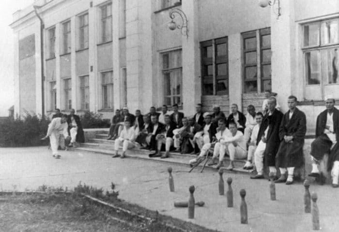 Группа раненых у эвакогоспиталя № 1127 в Ижевске. 1944 г.