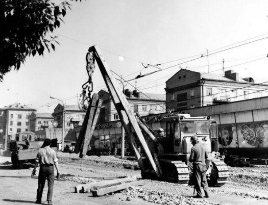 Реконструкция трамвайных путей на улице Ленина, вторая половина 1970-х. На заднем плане - витрина «Дома одежды». Фото: из архива МУП «Ижгорэлектротранс».