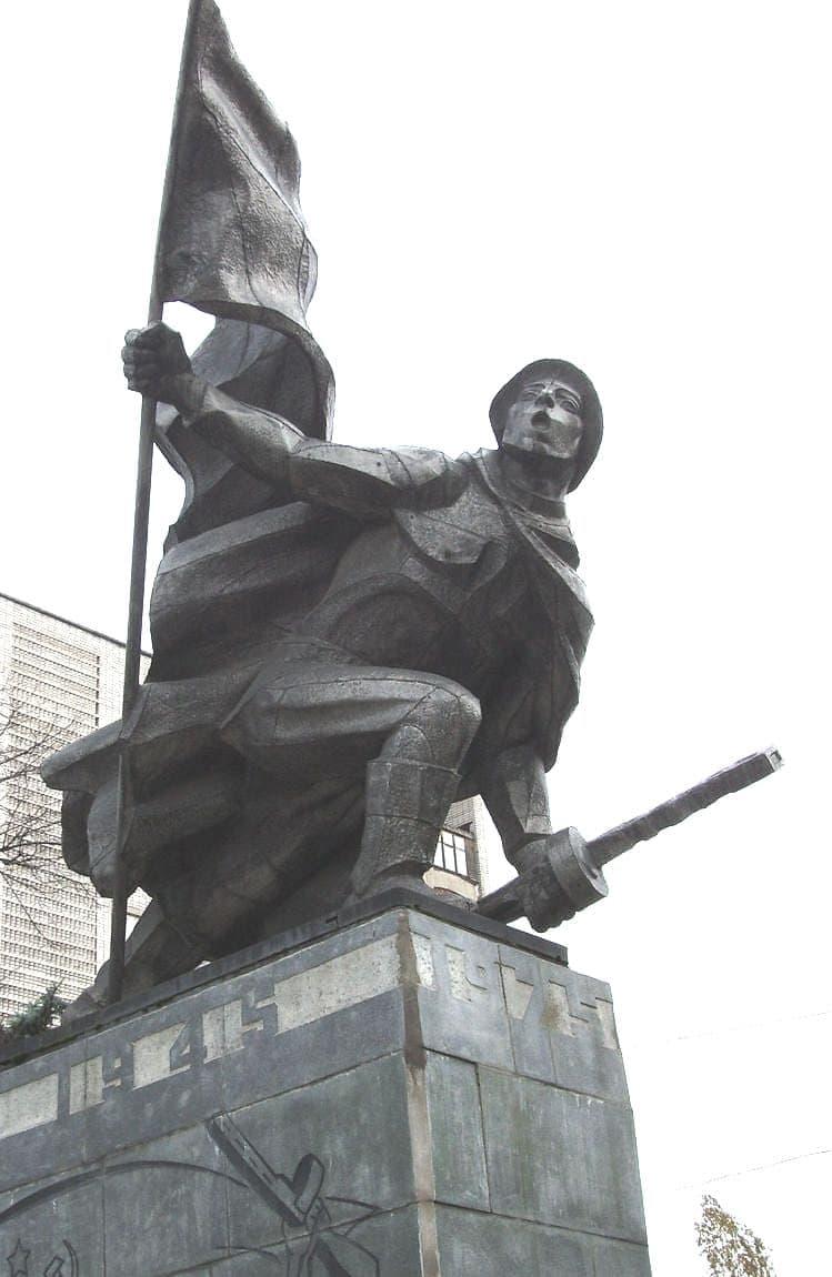 Монумент 30-летия Победы в Великой Отечественной войне.