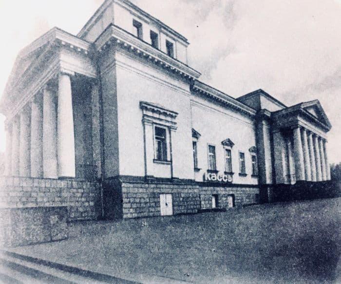 Здание кинотеатра Колосс, перестроенный из собора Александра Невского. Фото: из книги По родному краю, 1987.