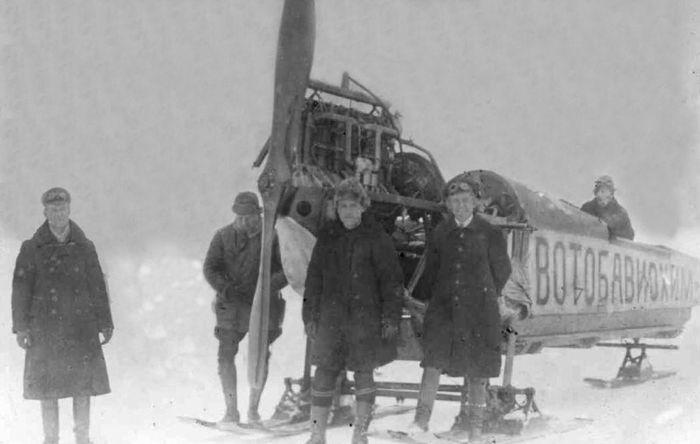 Аэросани ВОТОАВИОХИМ, созданные П.В.Можаровым в Ижевске. 1926г. Второй слева – П.В. Можаров.