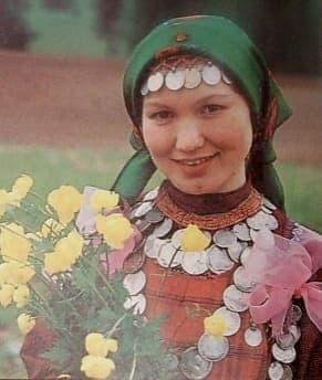 Удмуртская Республика. Девушка в национальной одежде.