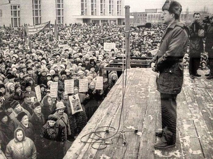 Митинг на центральной площади. Начало 90-х.