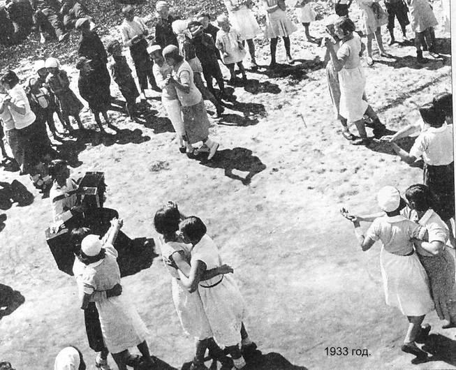 Девушки танцуют без кавалеров. Парк Кирова Ижевск 1933 год.