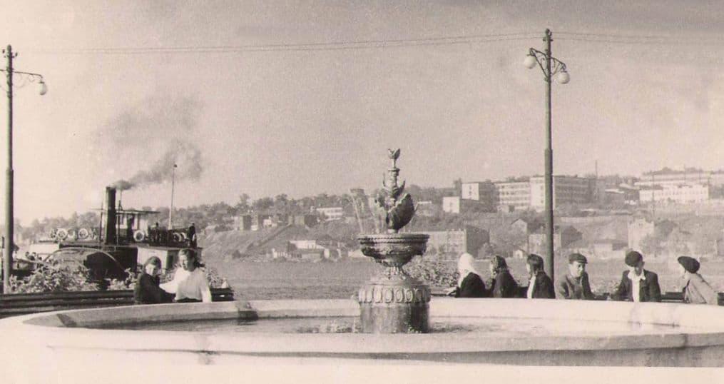Ижевск, пароходная пристань с фонтаном. Слева пароход Свобода, изготовленный в Воткинске и спущенный в Ижевском пруду в 1904 году под названием Шрапнель. Фото 1950-е годы.