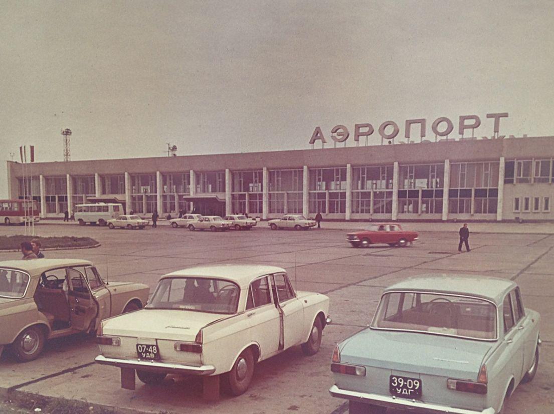 """Аэропорт, 1986 г. Автомобили """"Москич-412"""". Фото прим. 1975 г. Книга: фотоальбом """"Ижевск""""."""