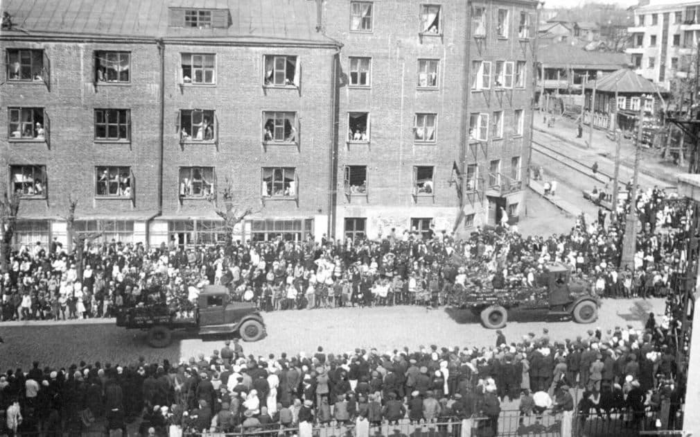 Первомайская демонстрация на ул.Советской Ижевск. Фото К.А.Тихонова, 1930-е