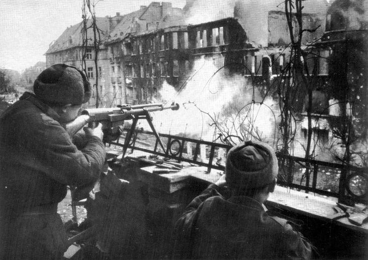 Советские солдаты ведут огонь из ПТРС-41 на улице Бреслау.
