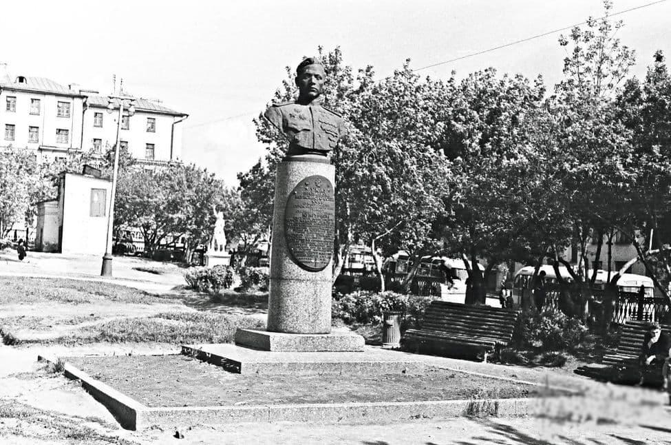Сквер у кинотеатра Колосс. Ижевск. 1964 г. Памятник Е.Кунгурцеву, на заднем плане видна парковая скульптура.