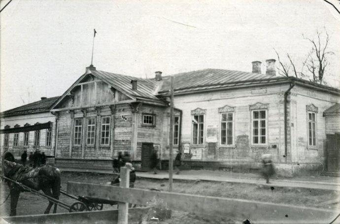 Здание клуба Металлистов на перекрёстке улиц Советской и Красноармейской в 1920-е годы. Фото: НМУР.