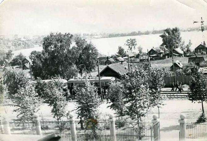 """Улица Кирова. Трамвай. Остановка """"Парк Кирова"""". Колтома. Фотография, снятая из окна Сельхозинститута. Ориентировочно 1957 год."""