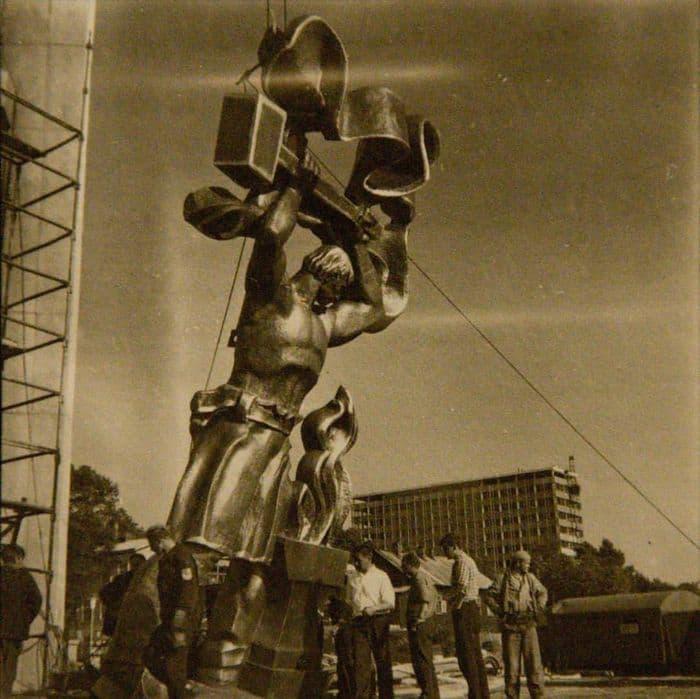 Строительство монумента Дружбы Народов 1972 год. Инженерный корпус мотозавода. Ижевск.