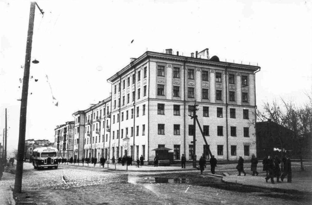 Перекресток улиц Советская и Свободы. Дом Советская 15. 1953-1955 г. Ижевск.