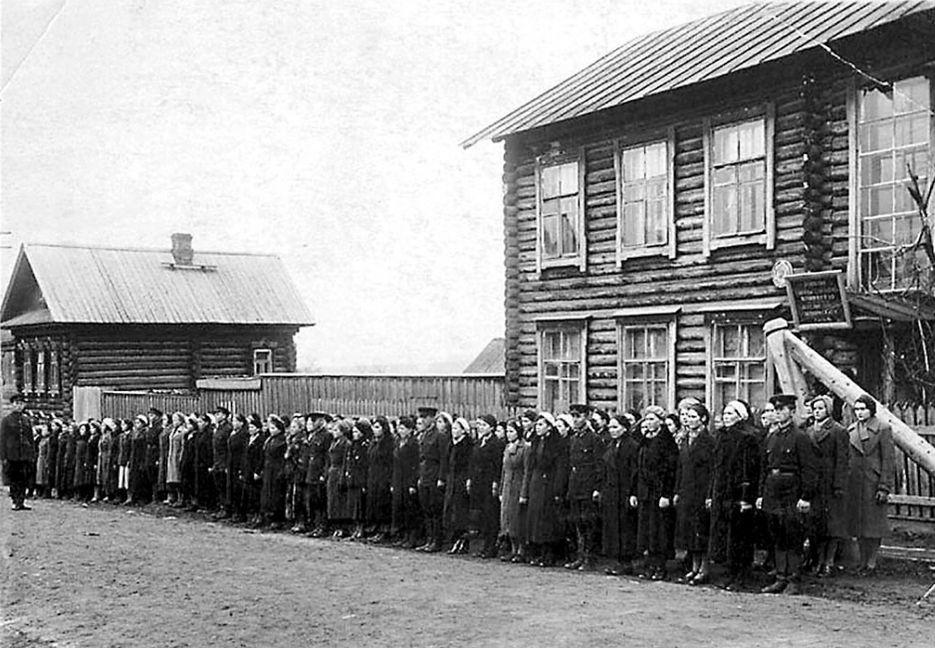 Курсы медицинских сестер перед отправкой на фронт. 1941 г. Сарапула.