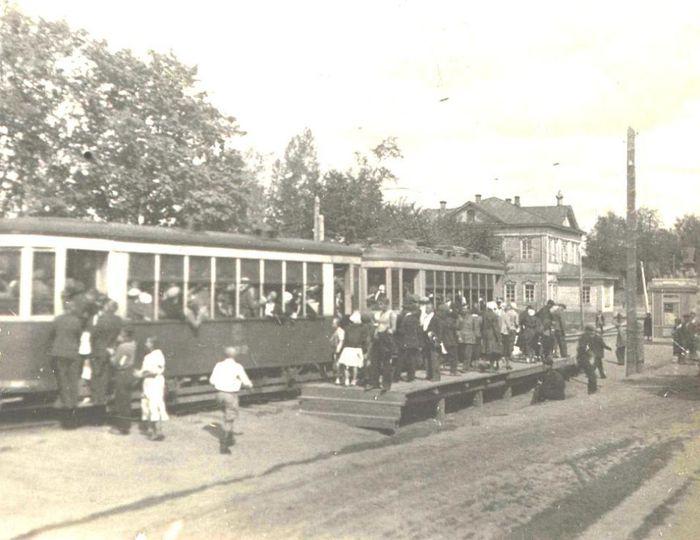 """Трамвай, улица Карла Маркса в 1937 году, ныне здесь остановка  Магазин """"Океан"""". Большое деревянное здание - бывшая Введенская церковь. В 1930-е гг. здесь располагалась школа."""