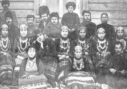 Кузебай Герд (в центре) с участниками художественной самодеятельности.