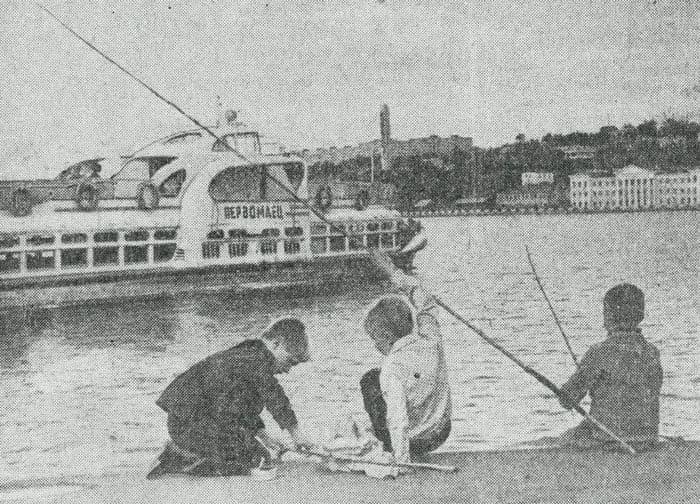 Катер Первомаец отходит от пристани. Из газеты Удмуртская Правда, №206 за 1973 год. Ижевск.