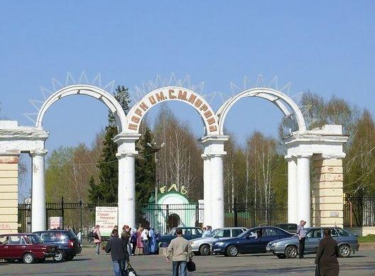 Ворота в Парк культуры и отдыха имени Кирова. Ижевск, 2010 год. Скульптур на воротах нет.