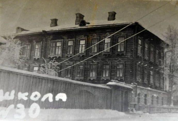 Здание Удмуртской Потребкооперации по переулку Красногеройскому. До революции принадлежало известному в Ижевском заводе ассенизатору Колупаеву. В годы войны здесь размещалась школа №30.