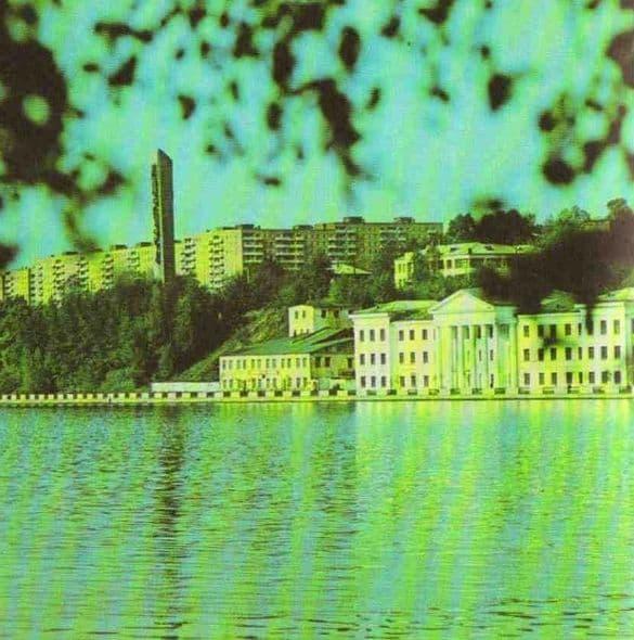 Старая набережная. Фото из альбома - Ижевск 1981 г. Монумент Дружбы народов. Индустриальный техникум.