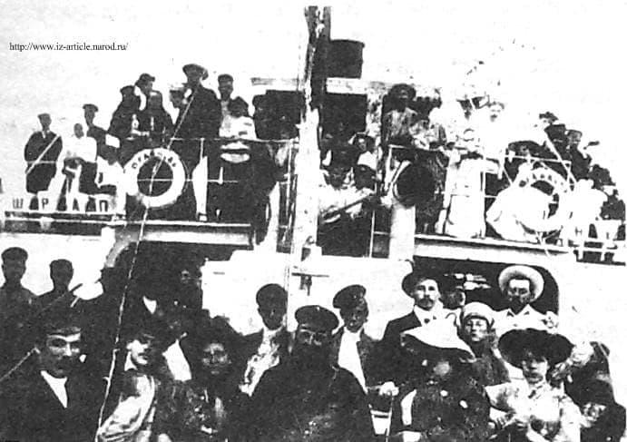 Прогуливающие ижевчане на пароходе Шрампнель. Ижевский пруд.