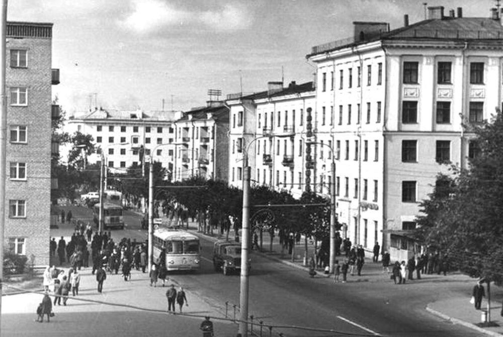 Справа дом Советская 15. Слева дом Советская 10. Ижевск.