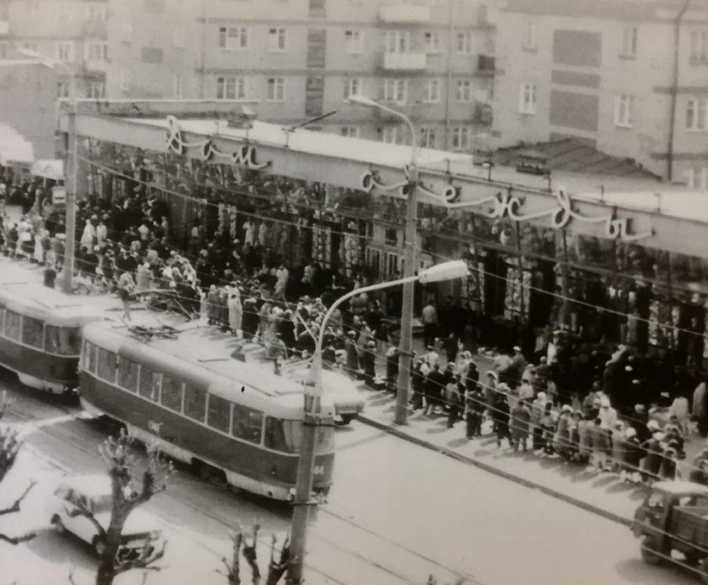 Магазин «Дом одежды». Ул. Ленина, 20. Фото нач. 1990-х годов. Трамвай. Уличный рынок.