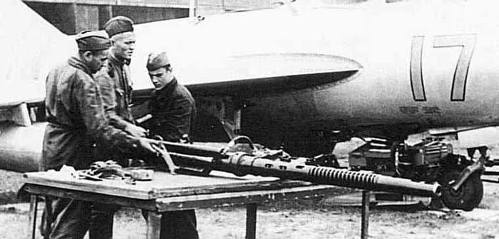 Автоматическая авиационная пушка Н-37 рядом с истребителем МиГ-9.