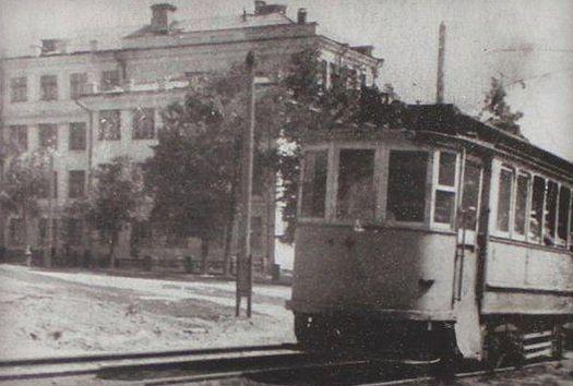 Перекресток улиц К.Маркса и Красногеройской. Трамвай. Слева Ижевское медицинское училище.