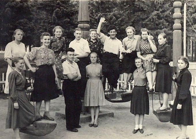 В парке им. Кирова, лето 1952 года, студенты УГПИ. Ижевск.