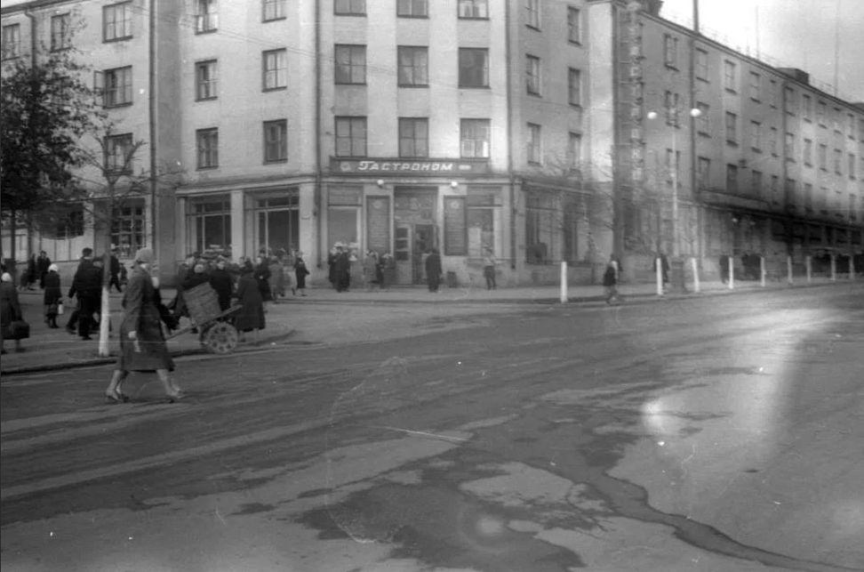 """Гастроном № 1"". Ул. К. Маркса, 177. Фото 1960 г."