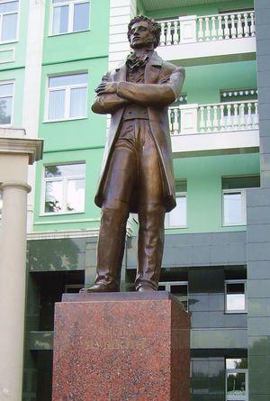 Памятник Александру Пушкину в Ижевске рядом со вторым корпусом УдГУ и Институтом нефти и газа.