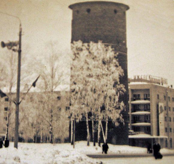 """Старая башня у гостиницы """"Ижевск"""". 60-е годы XX века. Ижевск."""