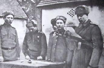 Командиры батарей (слева направо): Береснев Н., Барабанов, Лобко, Яцкевич, Титов.
