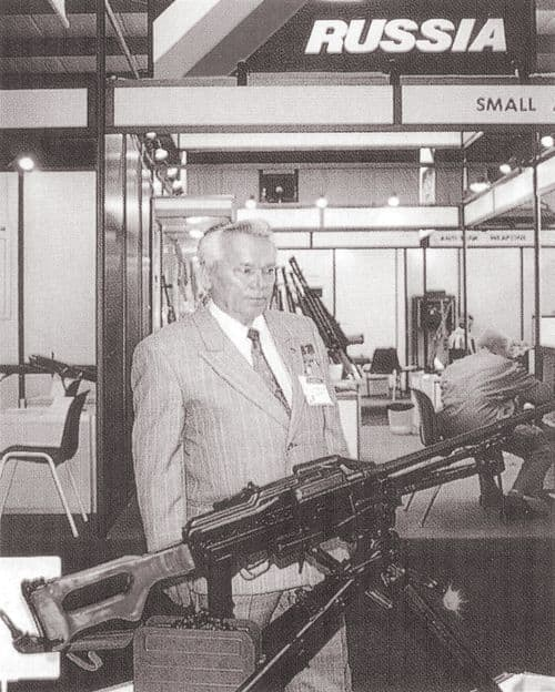 М.Т.Калашников на международной выставке IDEX-95 г. Абу-Даби (Объединенные Арабские Эмираты). 1995 г.