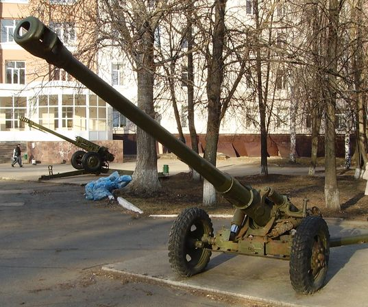 Артиллерийские пушки у вечного студента. Ижевск. 07.04.2013 год. ДВА.