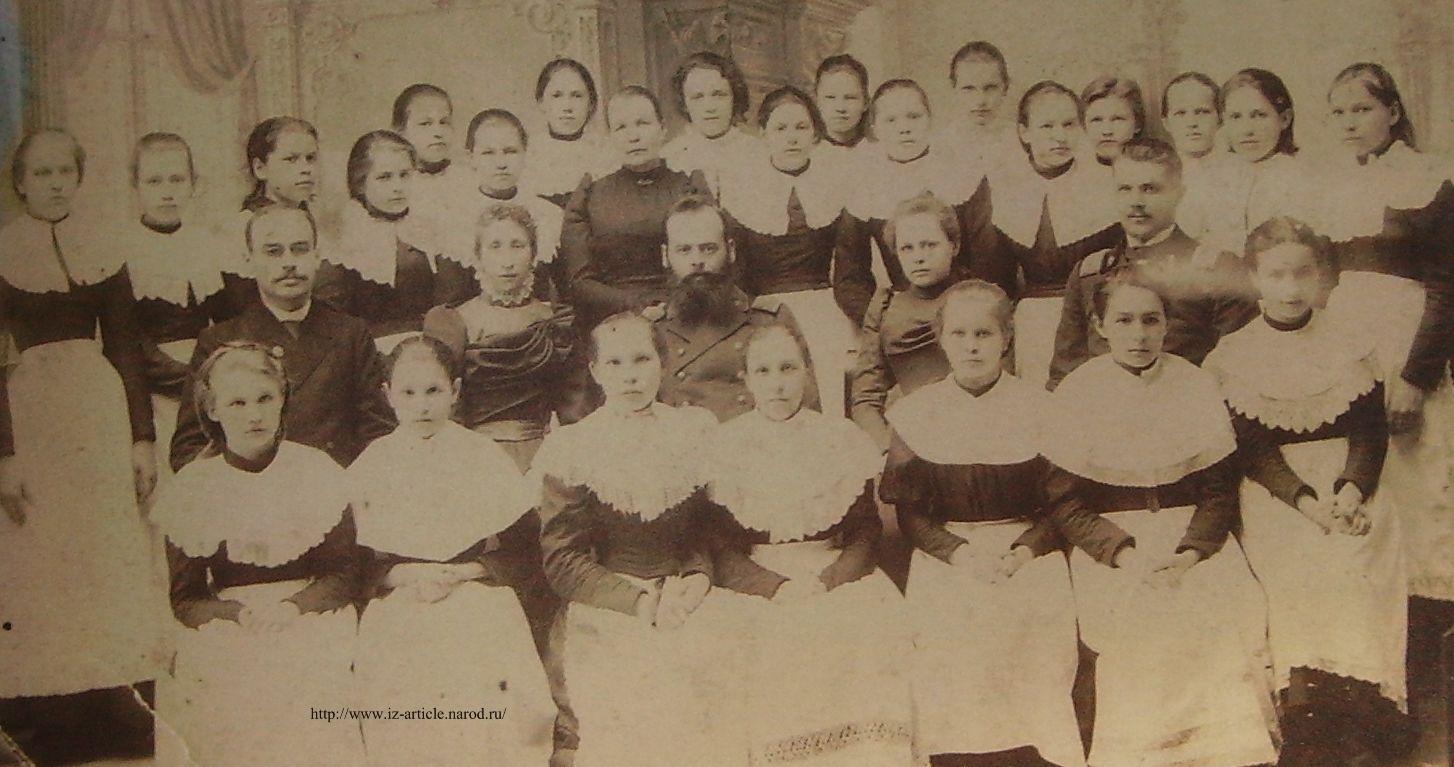 Преподаватели и учащиеся Глазовской женской гимназии. Снимок 1902 г.