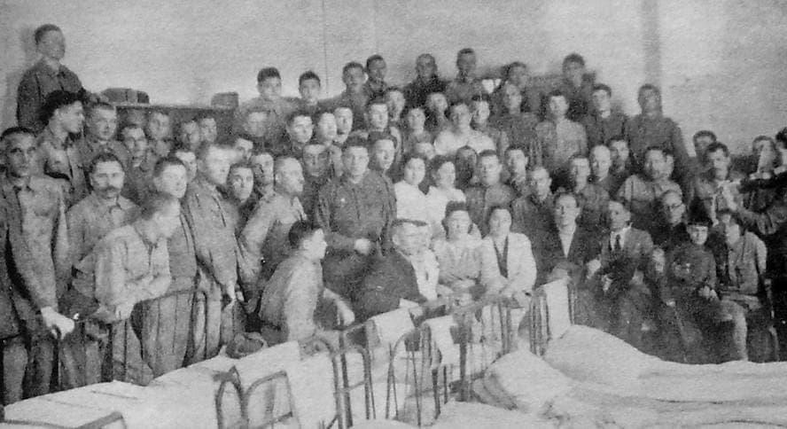 Шефы с Ижевского машзавода в госпитале школы №27 г.Ижевска выступают перед ранеными.  Февраль 1944 г.