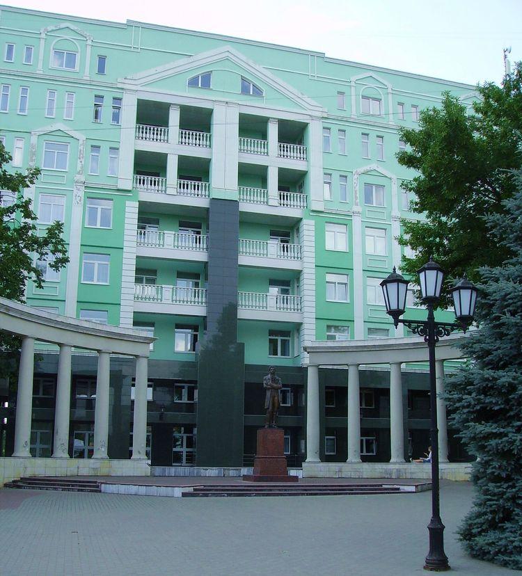 Памятник великому поэту - Александру Пушкину рядом со вторым корпусом УдГУ. Ижевск.