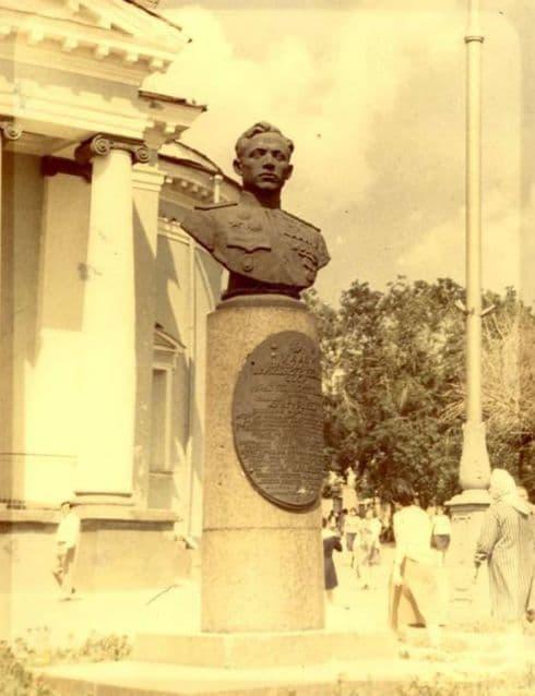 В 1970-е памятник Е.Кунгурцеву был перенесен вглубь сквера и развернут лицом к улице Ленина. Ижевск.